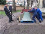 Alison Williams, Simon Ridley and James Haseldine (Whites of Appleton) transfer a bell from the church to be loaded, Jan 2017